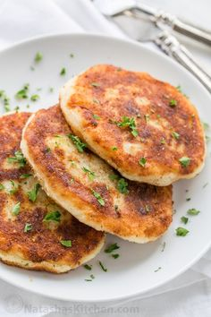 Mashed potato pancakes are a creative way to use leftover mashed potatoes! These are stuffed with a juicy meat filling - delicious! via let the Baking begin! Mashed Potato Pancakes, Leftover Mashed Potatoes, Mashed Potato Recipes, Potato Cakes, Mozzarella, Beef Recipes, Cooking Recipes, Skillet Recipes, Cooking Gadgets