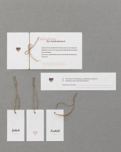 Country-Style - Diese Einladung ist perfekt für eine Land- oder Vintage-Hochzeit geeignet. Besonders schön ist die Kombination aus weißem Papier mit Holzstruktur, dem klaren und doch ländlichen Layout und Packband.