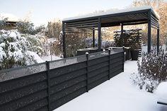 Aménagement d'un jardin de particulier.  Contrastes de noir et blanc dans ce jardin enneigé, aménagé avec l'occultation Z.