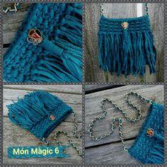 BOHO MURANO: Bolso estilo bohemio. Trapillo ligero color azulón. Cadena y cierre color bronce. Ancho: 23 cm. Alto: 20 cm.