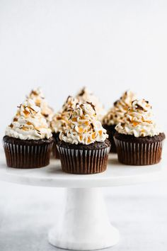 A rich, dark chocolate cupcake with a hint of espresso and topped with a heavenly homemade salted caramel buttercream. These salted caramel chocolate espresso cupcakes are ultra decadent! Espresso Cupcakes, Dark Chocolate Cupcakes, Salted Caramel Cupcakes, Chocolate Espresso, Salted Caramel Chocolate, Chocolate Caramels, Chocolate Chip Cookie Dough, Chocolate Desserts, Chocolate Tarts