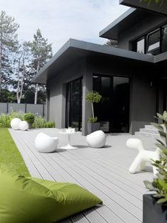 villa avec #terrasse_bois_composite lame grise Outdoor Rooms, Outdoor Decor, Space Furniture, Sweet Home, Deck, Home And Garden, Entertainment Area, House Design, Architecture