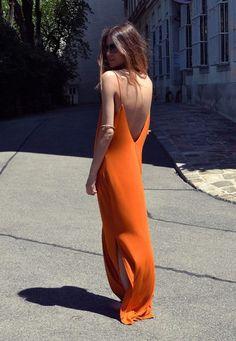 Robe longue tangerine, grand dos nu V - Les Cachotières Looks Chic, Looks Style, Look Fashion, Womens Fashion, Fashion Clothes, 70s Fashion, Ladies Fashion, Dress Fashion, Fashion Photo