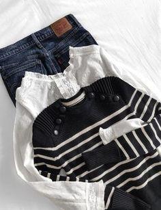 Pull marinière et blouse en dentelle font partie de ces vêtements faits pour vivre ensemble (photo Theworkinggirl)