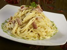 Tagliatelle cu bacon şi parmezan Bacon, Spaghetti, Ethnic Recipes, Food, Essen, Meals, Yemek, Pork Belly, Noodle