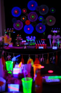 Glow party decoration set up Neon Birthday, 13th Birthday Parties, Sweet 16 Birthday, 16th Birthday, Birthday Ideas, Glow Party, Disco Party, Neon Licht, Blacklight Party