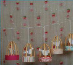 Me encantan las guirnaldas, son una forma muy creativa de decorar y ambientar un lugar. Hoy les propongo realizar estas hermosas jaulas con pajaritos que pueden emplear para hacer una guirnalda o para decorar un árbol.Son muy coloridas y parecen muy fáciles de realizar.Materiales:Cartulinas estampadas de coloresHiloC