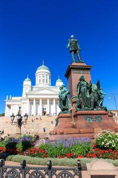 Aleksanteri II:n patsas Senaatintorilla. Taustalla Helsingin tuomiokirkko, Helsinki, Finland