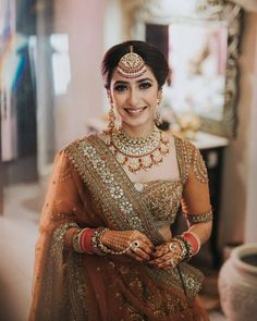 Check out these trending oversized maang tikka designs which are for all the experimental brides-to-be out there. Bridal jewellery trends at ShaadiWish. Indian Wedding Bride, Sikh Bride, Punjabi Bride, Wedding Mandap, Wedding Stage, Wedding Receptions, Hijab Bride, Wedding Hijab, Indian Bridal Outfits