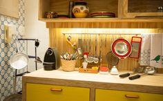 Na cozinha, as barras de inox mantém os acessórios organizados e ainda decoram o ambiente. Aproveite os armários que deixam as louças aparentes para organizá-las por cores e tamanhos. (créditos: Elisa Mendes)