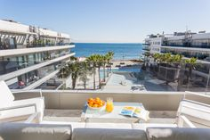 BERMUDAS APARTMENT | Viistas al mar y a los jardines del edificio Ibiza Royal Beach. Tienes un amplio salón para disfrutar tanto de día como de noche del cielo de Ibiza. #ibiza #luxury #apartment #ibizaluxury