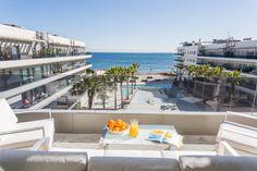 BERMUDAS APARTMENT    Viistas al mar y a los jardines del edificio Ibiza Royal Beach. Tienes un amplio salón para disfrutar tanto de día como de noche del cielo de Ibiza. #ibiza #luxury #apartment #ibizaluxury