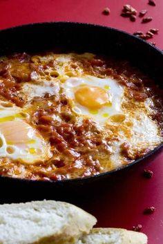Huevos en el purgatorio No Salt Recipes, Egg Recipes, Kitchen Recipes, Mexican Food Recipes, Cooking Recipes, Honduran Recipes, Portuguese Recipes, Happy Foods, Mediterranean Recipes