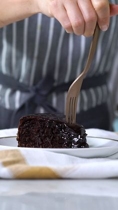 Flourless chocolate cake- Bolo de Chocolate Sem Farinha This chocolate cake looks amazing! Sweet Recipes, Cake Recipes, Dessert Recipes, Tasty, Yummy Food, Chocolate Recipes, Flourless Chocolate, Chocolate Cake, Clean Eating Snacks