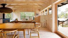Vill du bo i ett arkitektritat hus som med sin trärena interiör är trendigare än något annat just nu? Nu har du chansen!