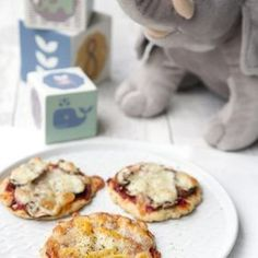 Die Pizza für Babys und Kleinkinder ist perfekt für die ersten Essversuche geeignet. Dank Magerquark und Dinkelmehl ist die Kinderpizza auch richtig gesund.