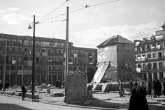 Foto de 1939 que muestra la cubierta del monumento a Felipe IV de la Plaza Mayor de Madrid construida por los republicanos para preservarla de los bombardeos. Foto: