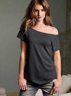 T SHIRTS CON UN SOLO HOMBRO CASUALES Y SEXY Hola Chicas!!! Una buena idea y low cost son las camisetas de hombro caído, son cómodas y sexys y es una buena idea para vestirlas en casa, para hacer ejercicio o para una salida casual, el hecho de que estés en casa y estar cómoda no quiere decir que tengas que estar desarreglada, puedes comprar algunas camisetas de un solo color o con algún diseño que te guste y cortala, en la parte de abajo hay un tutorial de como cortarla para que caiga de un…