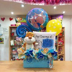 Aquí duerme el rey de la casa ✨ Hermoso arreglo de bienvenida para un bebé consentido  - joliandgift Candy Bouquet, Balloon Bouquet, Baby Balloon, Baby Shawer, Ideas Para Fiestas, Balloon Decorations, Gift Baskets, Diy And Crafts, Balloons