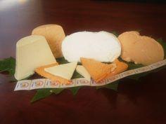 Queso Afuega'l Pitu (Asturias): Elaborado con leche de vaca de las razas Frisona o Asturiana de los Valles y sus cruces, puede ser fresco o madurado. El tiempo de maduración mínimo es de 5 días para los quesos elaborados con leche pasterizada y de 60 días para los quesos de leche cruda. Existen 4 variedades según su forma (troncónica o de calabacín) y color (dependiendo de si se le añade pimentón o no)