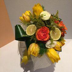 bouquet nei toni gialli con fiori e limoni