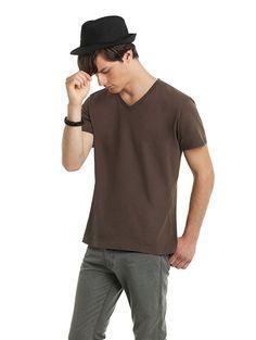 Heren t-shirt met V-hals en korte mouwen    - 100% ringgesponnen gekamd katoen  - grammage: 145 g/m2  - ook verkrijgbaar in een dames model  - single jersey  - medium fit