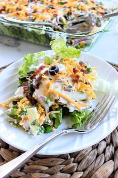 Layered Salad (Layered Overnight Salad) A simple make-ahead recipe, this low carb layered salad is perfect for a weeknight dinner or a part Sandwich Bar, Roast Beef Sandwich, Salads For A Crowd, Easy Salads, Healthy Salads, Keto Side Dishes, Side Dishes Easy, Salad Recipes, Diet Recipes