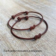 Bracelets assortis en cuir marron  Ces bracelets jolies sont fabriqués avec des cordon de cuir véritable. Conçue pour les couples  Les deux bracelets sont réglables  Comprend une boîte cadeau  Note : Pas étanche  Sil vous plaît nhésitez pas à me contacter si vous avez des questions  Ces bracelet sont expédiés par USPS First Class dès que le paiement est reçu  Pour plus de Couple Bracelets : https://www.etsy.com/shop/Fanfarria?section_id=17115613&ref=shopsection_leftnav_10  Vérifier les…