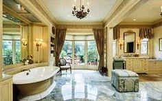 Lusso, stravaganza, unicità. Dove trovare queste caratteristiche se non nei #bagni dei #VIP hollywoodiani? Cosa ne dite, ad esempio, della toilette della casa di Los Angeles di Christina Aguilera?  #design #bathroom