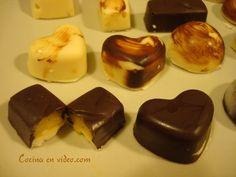 Cualquier momento es bueno para tomar unos bombones, hoy vamos a preparar unos bombones rellenos de crema de naranja con chocolate negro y chocolate blanco.