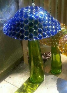 [Many yard deco ideas] A mushroom made with glass gems glued onto a bowl then inverted onto a bottle or vase. Use a strong glue for stability. Garden Crafts, Garden Projects, Garden Ideas, Recycled Garden Art, Art Crafts, Recycled Glass, Art Projects, Glass Garden Art, Glass Art