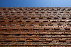 Fachada com tijolo aparente. Casa Termiteiro,© Hiroyuki Oki