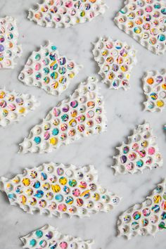 weekend project: bubble wrap confetti bark – Oh Joy! White Chocolate Bark, Chocolate Sprinkles, Melting Chocolate, Chocolate Treats, Chocolates, Cake Stall, Party Fiesta, Chocolate Belga, Bark Recipe