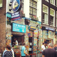The Bulldog Coffeeshop en Amsterdam, Noord-Holland. One of the most famous coffe shop located at the center of the city, where you can tasted the famous cakes.  http://www.youtube.com/watch?v=Sc2RBo44_5I