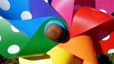 Wenn draußen eine laue Brise weht, darf diese Gartendeko nicht fehlen: das Windrad. Basteln Sie das kleine Kunstwerk doch einfach selber. Eine originelle Idee: Kreieren Sie das Windspiel mithilfe einer Plastikflasche. Der SAT.1 Ratgeber verrät, wie es geht.