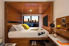 """#inspiraçãododia Os quartos do Hotel Arlo, em Nova York, são conhecidos por sua metragem enxuta, de cerca de 15m². Para aproveitar o espaço, a cama fica embutida em uma caixa de madeira, que acompanha o formato da suíte. A """"moldura"""" funciona como suporte para a TV e para as luminárias de leitura na cabeceira. Já a parte de baixo da estrutura serve como espaço de armazenamento para roupas e bagagens. #revistacasaclaudia #decor #decoration #decoração #home #house #casa #hotel #ny"""