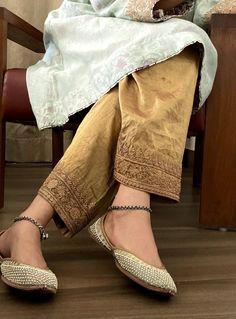 Velvet Pakistani Dress, Pakistani Dresses Casual, Pakistani Dress Design, Pakistani Kurta, Anarkali, Indian Fashion Trends, Ethnic Fashion, Kimono Fashion, Fashion Outfits