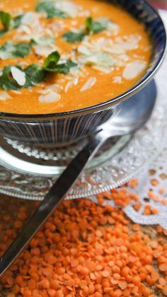 Heb je zin in een soepje die lekker is, maar ook gezond en voedzaam? Probeer deze makkelijke rode linzensoep dan eens!