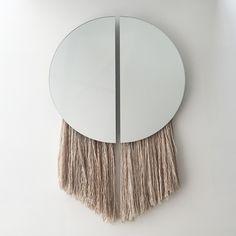 Les designers américains Ben et Aja Blanc créent une collection de miroir à franges, inspirés de la lune et d'héritages ancestraux. ...