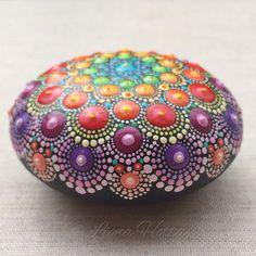 Stone Mandala, Rainbow Dot de LionaHotta en Etsy https://www.etsy.com/es/listing/555205207/stone-mandala-rainbow-dot