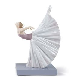 01008475  GISELLE ARABESQUE   Issue Year: 2009  Sculptor: Javier Molina  Size: 28x18 cm  Base included