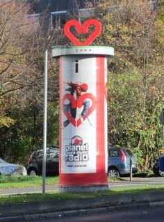 """#Special Ad für Planet Radio . Ganzsäulen-Aufsatz in Herzform """"I heart music"""", Frankfurt a.M., 2013"""