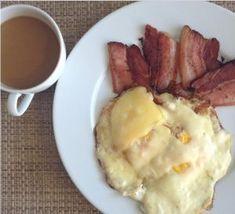 Clássico do café da manhã low carb: bacon com ovos e queijo. Café com nata.