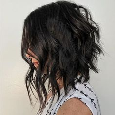 Short to Medium Hairstyles That'll Freshen Up Your Look, Stat is part of Thick wavy hair - When in doubt, we turn to Old Faithful medium short haircuts Check out these trendy short to medium hairstyles before heading into your next salon Short Hair Cuts For Women, Medium Hair Cuts, Short Cuts, Short To Long Bob, Long Aline Bob, Medium Layered Hair, Low Maintenance Short Haircut, High Maintenance, Medium Short Haircuts