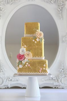 ❁❚❘❙ http://www.weddingandweddingflowers.co.uk/article/670/metallic-wedding-cakes