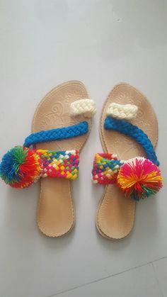 Sandalia wayuu Knit Shoes, Crochet Shoes, Make Your Own Shoes, Decorating Flip Flops, Shoe Pattern, Fabric Shoes, Boho Diy, African Fabric, Crochet Fashion