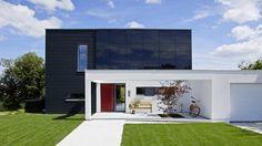 Zusammen mit der Zeitschrift SCHÖNER WOHNEN hat @schwoererhaus dieses moderne Einfamilienhaus gebaut und eingerichtet. Es steht am Firmenstandort in Hohenstein-Oberstetten und kann auch live besichtigt werden.  Foto: Heiner Orth