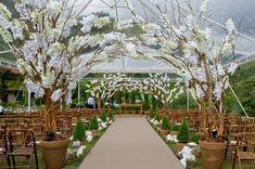 Decoração com arcos de galhos secos e orquídeas Mais