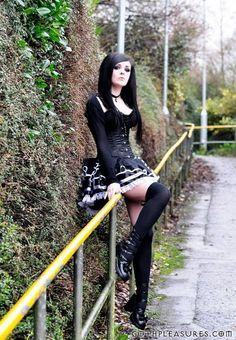 Top Gothic Fashion Tips To Keep You In Style. As trends change, and you age, be willing to alter your style so that you can always look your best. Consistently using good gothic fashion sense can help Hot Goth Girls, Gothic Girls, Gothic Lolita, Gothic Dress, Dark Beauty, Goth Beauty, Sexy Outfits, Gothic Outfits, Fall Outfits
