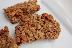 Crunchy oats and honey granola bars (ingrediënten: haver, amandelen, lijnzaad, honing, kokosolie, vanille en kaneel) (@ The Marathon Mom)